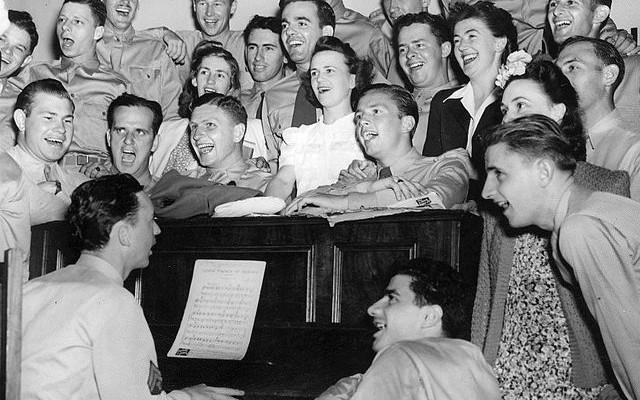 cantar-num-coro-faz-bem-a-saude-do-coracao Cantar num coro faz bem à saúde do coração singing piano 640x400