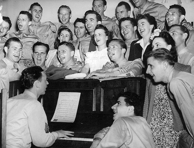 cantar-num-coro-faz-bem-a-saude-do-coracao Cantar num coro faz bem à saúde do coração singing piano 1